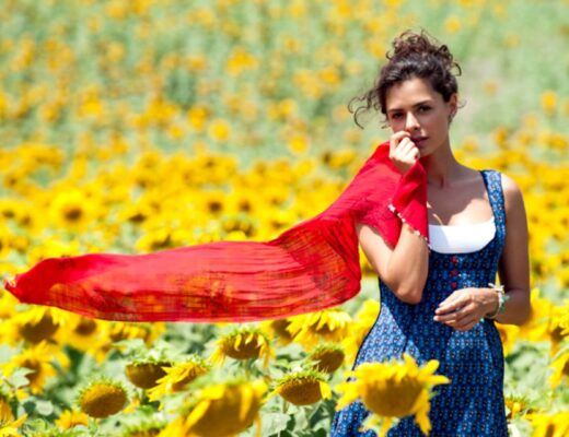 Dziewczyna w czerwonej chuście